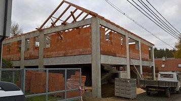 Stavba rodinného domu ve velkém svahu