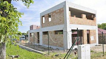 Rodinný dům ve středočeském kraji zvládli manželé postavit za polovinu ceny domu na klíč
